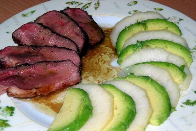 Eendenborst met avocado en peer
