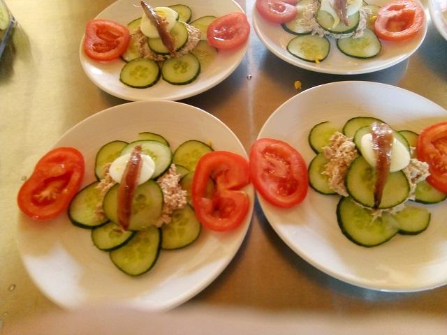 Hamburger van komkommer gevuld met tonijn