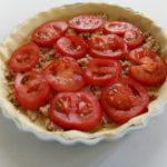 Hartige taart met tonijn en tomaat