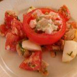 http://www.fijne-recepten.nl/voorgerechten/tomaat-gevuld-met-salade-van-macedonische-groenten/