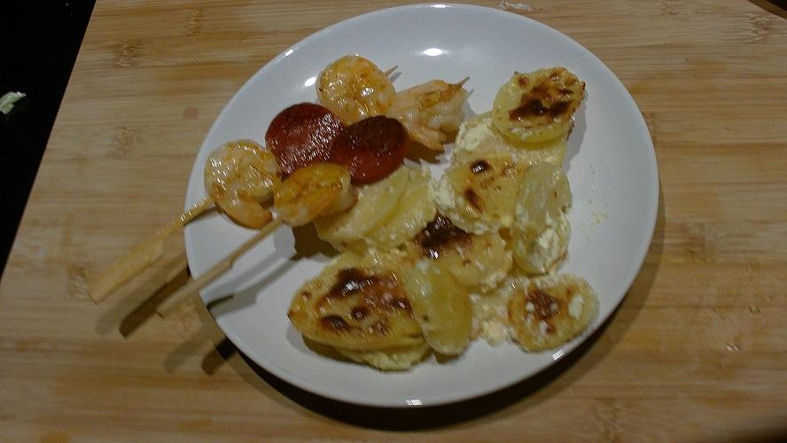 Gegratineerde aardappel met een spiesje