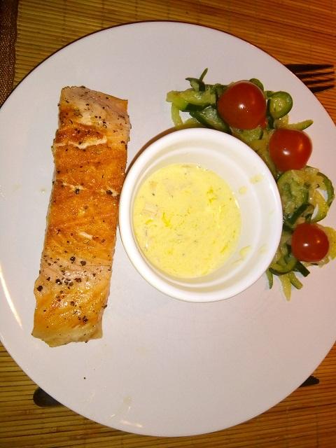 Zalmmoot met botersaus en tagliatelles van courgette